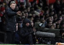 Manchester United's manager David Moyes instructs his team during their English Premier League soccer match against Swansea City at Old Trafford in Manchester, northern England January 11, 2014. REUTERS/Phil Noble