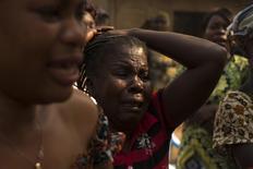 Mulher chora durante funeral de um homem que foi assassinado há vários dias, em Bangui, capital da República Centrl-Africana, na quarta-feira. 15/01/2014 REUTERS/Siegfried Modola