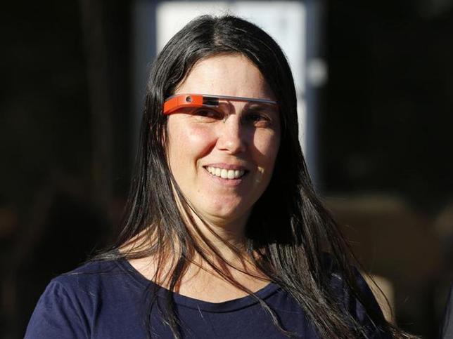 1月16日、米サンディエゴの裁判所は、「グーグル・グラス」を装着して車を運転したとして交通違反切符を切られたセシリア・アバディーさんについて、違反を取り消す判断を下した。写真は笑顔で裁判所を出るアバディーさん(2014年 ロイター/Mike Blake)