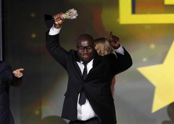 Director Steve McQueen holds up the award for best picture for the film ''12 Years a Slave'' at the 19th annual Critics' Choice Movie Awards in Santa Monica, California January 16, 2014. REUTERS/Mario Anzuoni