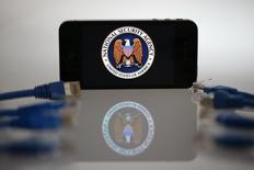 La National Security Agency (NSA) collectait près de 200 millions de SMS par jour en 2011 pour obtenir des informations sur les déplacements, les contacts et les transactions de leurs auteurs dans le monde entier, rapporte jeudi le Guardian. /Photo prise le 7 juin 2013/REUTERS/Pawel Kopczynski