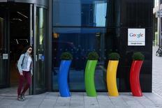 Google teste une nouvelle méthode de mesure de la glycémie a l'intention des diabétiques qui fait appel à des lentilles de contact intelligentes. /Photo prise le 8 juillet 2013/REUTERS/Cathal McNaughton