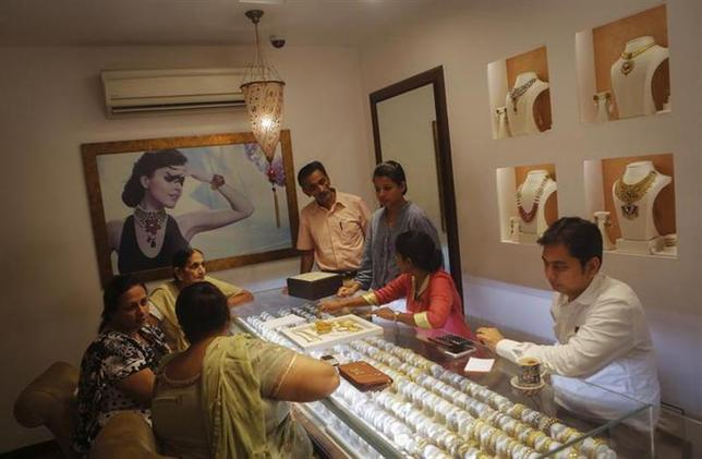 Customers shop inside a gold jewellery showroom in Mumbai August 30, 2013. REUTERS/Danish Siddiqui/Files