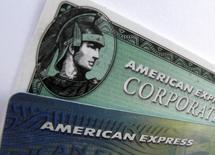 Карты American Express в Энсинитасе, Калифорния, 17 октября 2011 года. Квартальная прибыль American Express Co, выпускающей кредитные карты, выросла вдвое благодаря тому, что ее клиенты тратили больше денег в праздничный сезон и меньше пользователей отказались от выполнения финансовых обязательств. REUTERS/Mike Blake