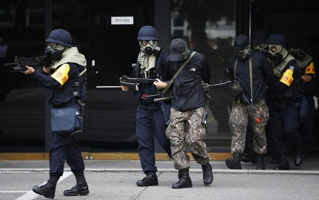 South Korean police take part in an anti-terror drill in Seoul in this August 21, 2013 file photo. REUTERS/Kim Hong-Ji
