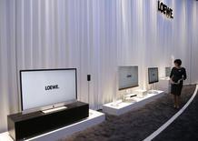 CORRECTION - Bien lire que certains actifs sont repris, non la totalité de Loewe. Le fabricant allemand de téléviseurs haut de gamme Loewe a annoncé jeudi que certains de ses actifs seraient repris par un groupe d'investisseurs comprenant des anciens responsables d'Apple et de Bang & Olufsen. /Photo prise le 5 septembre 2013/REUTERS/Tobias Schwarz