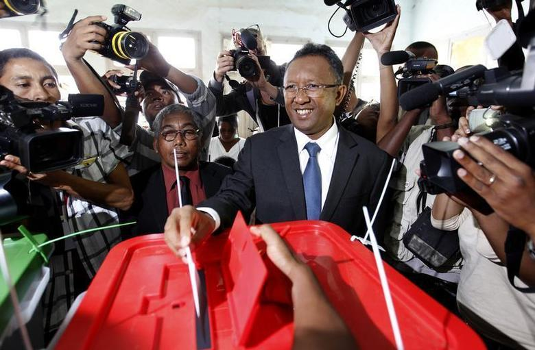 Madagascar's presidential candidate Hery Rajaonarimampianina (C) casts his ballot at a polling centre in Tsimbazaza area of the capital Antananarivo December 20, 2013. REUTERS/Thomas Mukoya