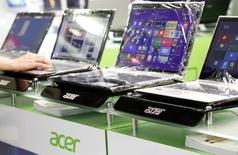 Ноутбуки Acer в магазине в Тайбэе 19 марта 2013 года. Acer Inc сократит зарплаты топ-менеджеров на 30 процентов после получения большего, чем ожидалось, чистого убытка из-за невысокого спроса на ПК-продукцию. REUTERS/Pichi Chuang