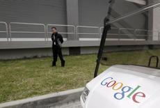 Segurança faz ronda durante visita da mídia ao centro de dados do Google em Changhua, no centro de Taiwan, 11 de dezembro de 2013. O Google disse na quinta-feira que está testando um novo método para que diabéticos monitorem seus níveis de açúcar no sangue usando uma lente de contato equipada com microchips e uma antena. 11/12/2013 REUTERS/Pichi Chuang