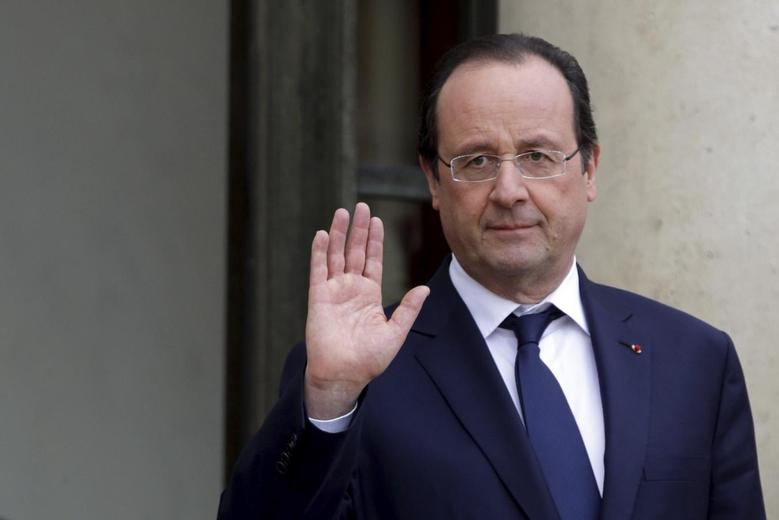 French President Francois Hollande reacts as he accompanies a guest at the Elysee Palace in Paris, January 16, 2014. REUTERS/Philippe Wojazer