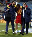 O atacante do Barcelona Neymar recebe ajuda fora do campo após sofrer contusão durante partida contra o Getafe, na cidade de Getafe, na Espanha. 17/01/2014 REUTERS/Sergio Perez