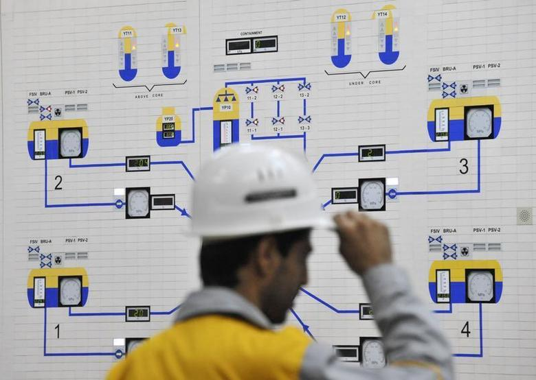 EDITORS' NOTE: Reuters and other foreign media are subject to Iranian restrictions on their ability to film or take pictures in Tehran. An Iranian operator monitors the nuclear power plant unit in Bushehr, about 1,215 km (755 miles) south of Tehran, November 30, 2009. REUTERS/ISNA/Mehdi Ghasemi