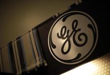 Logo de GE en edificio en Santa Monica, California, oct 11, 2010. General Electric Co reportó el viernes un alza en sus ganancias trimestrales, ayudada por la fortaleza de las unidades que venden equipos para el bombeo de petróleo y motores para aviones. REUTERS/Lucy Nicholson