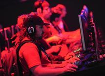 Le titre de l'éditeur de jeux vidéo Electronic Arts gagnait près de 12% vendredi sur le Nasdaq après la publication d'une étude dans laquelle trois de ses jeux se sont classés parmi les dix meilleures ventes aux Etats-Unis le mois dernier. /Photo prise le 12 juin 2013/REUTERS/Gus Ruelas