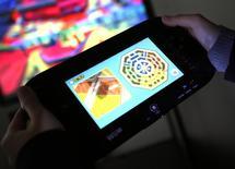 Un periodista prueba la consola portátil Wii U de Nintendo en la casa matriz de la firma en Kioto, Japón, ene 7 2013. Nintendo Co Ltd dijo el viernes que las ventas de sus consolas Wii U fracasaron, lo que lleva a un tercer año consecutivo de pérdidas y plantea un signo de pregunta sobre el futuro de la compañía en un mercado local dominado cada vez más por Sony Corp y Microsoft Corp. REUTERS/Yuriko Nakao