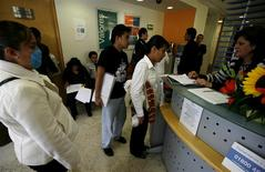 Un grupo de personas en una agencia de empleos en Ciudad de México, mayo 22 2009. La tasa de desempleo de México repuntó en diciembre a un 4.76 por ciento con cifras ajustadas por estacionalidad, después de haber dado un leve respiro a los niveles de ocupación el mes previo, lo que siembra dudas sobre la solidez de la recuperación de la economía local. REUTERS/Eliana Aponte
