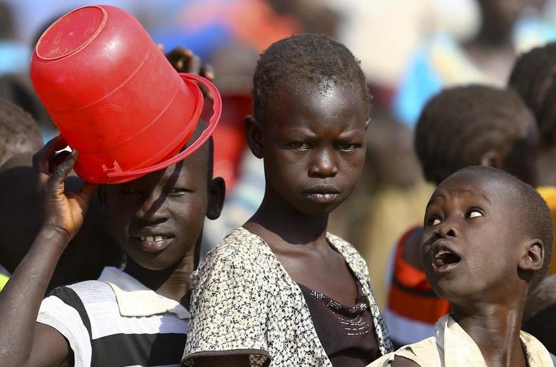 South Sudanese refugees queue for breakfast at the Tzaipi refugee camp in Adjumani, 471 km (293 miles) north of Uganda's capital Kampala, January 17, 2014. REUTERS/Edward Echwalu