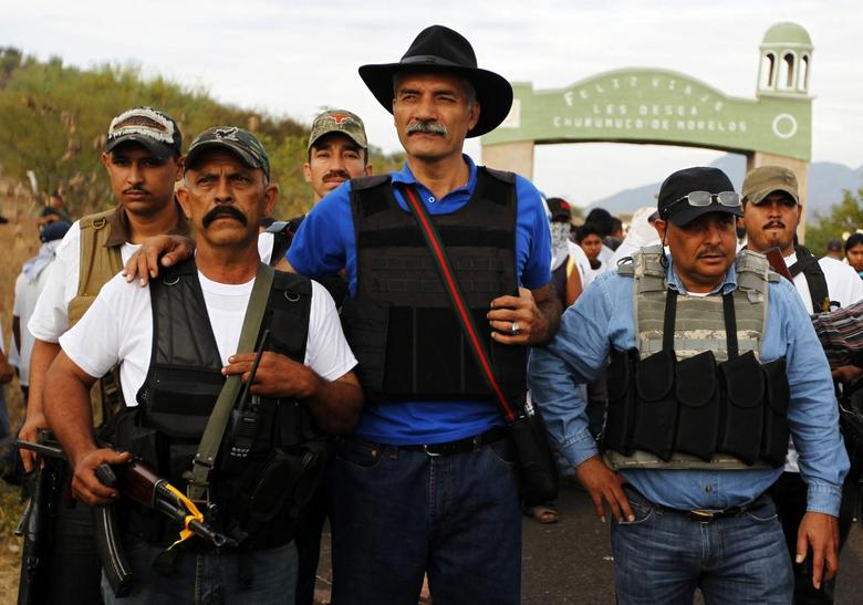Jose Manuel Mireles (C), head of Michoacan state's community police, stands with vigilantes in Churumuco in Michoacan state December 29, 2013. REUTERS/Jorge Dan Lopez