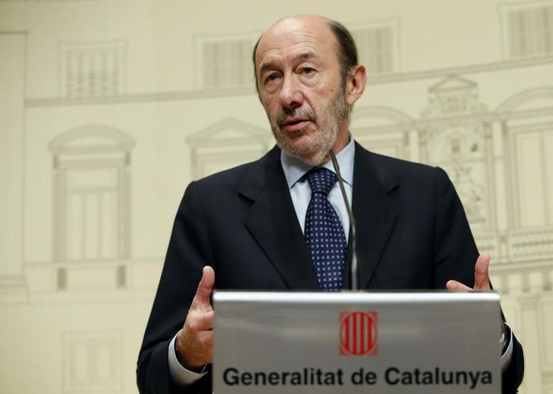 Spanish Socialist main opposition leader Alfredo Perez Rubalcaba speaks after his meeting with Catalan regional president Artur Mas about the political situation between Catalunya and Spain at Palau de la Generalitat in Barcelona October 25, 2013. REUTERS/Gustau Nacarino