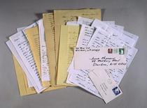 Cartas escritas pelo recluso autor norte-americano J.D. Salinger a uma jovem de 18 anos com quem teve um breve caso amoroso há 25 anos fotografadas durante leilão da Sotheby's, em Nova York. Uma outra série de cartas de Salinger, para Ruth Smith Maier, uma mulher que conheceu enquanto cursava o Ursinus College na Pensilvânia, em 1938, foram adquiridas pela Harry Ransom Center, biblioteca de pesquisa de ciências humanas da Universidade do Texas, e disponibilizadas para pesquisadores nessa semana. 22/06/1999.
