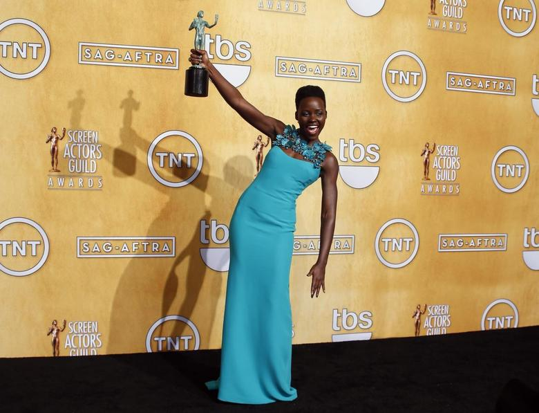 Actress Lupita Nyong'o poses with her award for outstanding performance by a female in a supporting role for her role in ''12 Years a Slave'' at the 20th annual Screen Actors Guild Awards in Los Angeles, California January 18, 2014. REUTERS/Lucy Nicholson