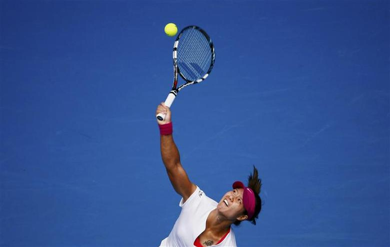 Li Na of China serves to Ekaterina Makarova of Russia during their women's singles match at the Australian Open 2014 tennis tournament in Melbourne January 19, 2014. REUTERS/David Gray