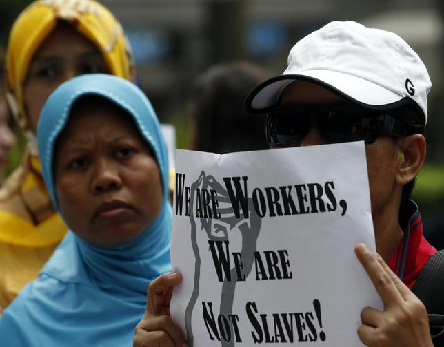 Domestic helpers rally in support of an Indonesian maid who was tortured by her employers, outside Wanchai District Court in Hong Kong September 18, 2013. REUTERS/Bobby Yip