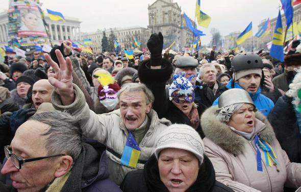 Pro-European protesters shout slogans and gesture during a rally at Independence Square in Kiev January 19, 2014. REUTERS/Gleb Garanich