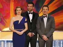 """Los actores Amy Adams, Bradley Cooper (al centro) y Jeremy Renner presentan un clip de """"La gran estafa americana"""" durante la entrega los premios SAG en Los Angeles, California, ene 18, 2014. El reparto de """"La gran estafa americana"""" recibió el premio principal del Sindicato de Actores el sábado, en una prueba clave dentro de una carrera que se presenta competitiva para los Oscar que se entregan dentro de seis semanas. REUTERS/Mike Blake"""