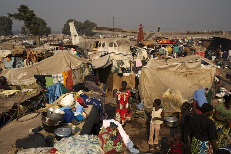 A general view shows a part of the temporary camp for internally displaced persons (IDPs) at the airport of the capital Bangui January 13, 2014. REUTERS/Siegfried Modola