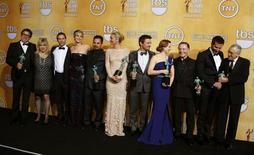 """Elenco e equipe do filme """"Trapaça"""" posam para foto com os troféus recebidos durante a 20ª cerimônia de premiação do Sindicatos dos Atores dos Estados Unidos, em Los Angeles, na Califórnia. O elenco de """"Trapaça"""" recebeu, na noite de sábado, o prêmio principal do Sindicatos dos Atores nos Estados Unidos, um considerado teste-chave para o Oscar, que será entregue em seis semanas. 18/01/2014. REUTERS/Lucy Nicholson"""