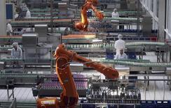 Вид на цех молочного комбината в Пекине 5 июля 2013 года. Рост экономики Китая замедлился до 7,7 процента в годовом исчислении в четвертом квартале, так как инвестиции и спрос сократились в конце 2013 года и, по мнению аналитиков, могут снизиться в 2014 году на фоне серьезных реформ в стране. REUTERS/Stringer