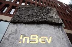 Логотип Anheuser-Busch InBev у входа в штаб-квартиру компании в Бельгии 27 февраля 2013 года. Anheuser-Busch InBev SA, крупнейшая в мире пивоваренная компания, договорилась о покупке южно-корейской Oriental Brewery Co Ltd у KKR & Co и Affinity Equity Partners за $5,8 миллиарда включая долг, возвращая себе ключевой азиатский актив в момент активного роста пивоваренной индустрии в регионе. REUTERS/Francois Lenoir