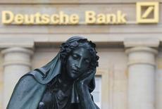 Памятник перед бывшим главным головным офисом Deutsche Bank во Франкфурте-на-Майне 28 января 2013 года. Deutsche Bank получил доналоговый убыток в четвертом квартале в размере 1,15 миллиарда евро в результате больших расходов на судебные разбирательства и реструктуризацию. REUTERS/Kai Pfaffenbach