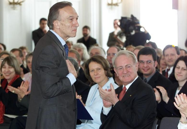 Claudio Abbado (L), former conductor of the Berlin Philharmonic Orchestra, makes a bow to the audience as German President Johannes Rau (R front) and his wife Christina (C) applaud him after an awards ceremony in Berlin April 28, 2002. REUTERS/Alexandra Winkler/Files