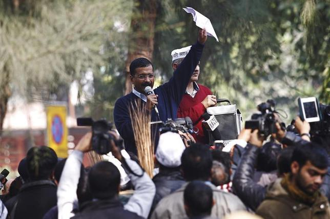 Delhi's Chief Minister Arvind Kejriwal (C), leader of the Aam Aadmi (Common Man) Party (AAP), addresses his supporters during a protest in New Delhi January 20, 2014.REUTERS/Anindito Mukherjee