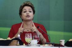 """Presidente Dilma Rousseff fala com jornalistas durante café da manhã com jornalistas em Brasília, 18 de dezembro de 2013. Dilma disse nesta segunda-feira que seu governo tem feito um """"grande esforço"""" para que a inflação convirja para o centro da meta estabelecida pelo governo, que é de 4,5 por cento ao ano. 18/12/2013 REUTERS/Ueslei Marcelino"""