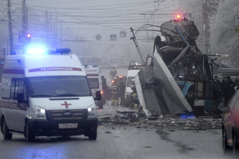Members of the emergency services work at the site of a bomb blast on a trolleybus in Volgograd December 30, 2013. REUTERS/Sergei Karpov