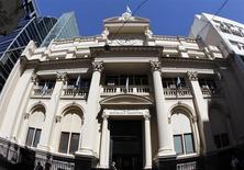 El Banco Central de Argentina en el distrito financiero de Buenos Aires, oct 31 2011. Argentina hará una oferta al Club de París para cancelar su deuda de unos 9.500 millones de dólares, dijo el lunes una fuente argentina. REUTERS/Enrique Marcarian