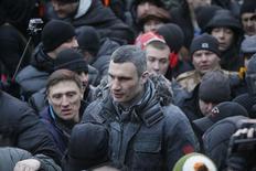 Один из лидеров украинской оппозиции Виталий Кличко на демонстрации в Киеве 19 января 2014 года. Оппозиция призвала президента Украины лично участвовать в переговорах о выходе из политического кризиса, обострившегося после ужесточения властью наказаний за протесты и спровоцировавшего продолжающиеся вторые сутки массовые столкновения манифестантов с милицией в центре Киева. REUTERS/Gleb Garanich