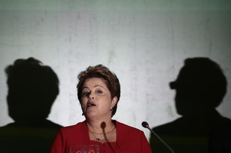 Brazil's President Dilma Rousseff speaks to journalists during a breakfast news conference in Brasilia December 18, 2013. REUTERS/Ueslei Marcelino