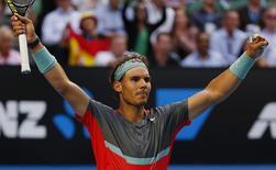 O tenista Rafael Nadal celebra vitória contra o japonês Kei Nishikori no Aberto da Autrália, em Merlbourne. 20/01/2014 REUTERS/Petar Kujundzic