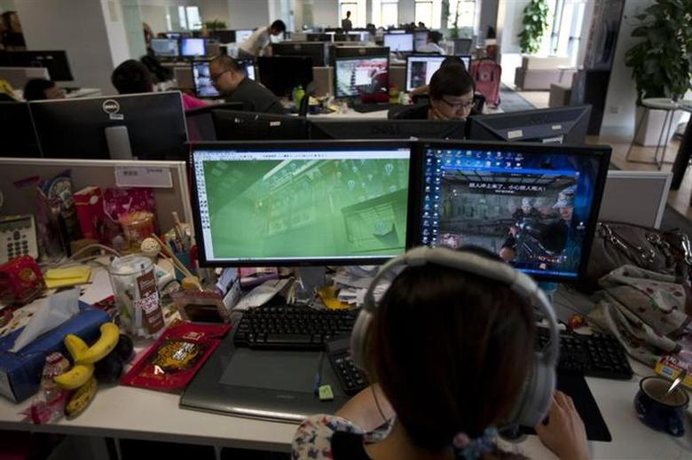 An employee watches a computer screen displaying the video game ''Glorious Mission Online'' at the game developer's office in Shanghai August 2, 2013. REUTERS/Aly Song/Files