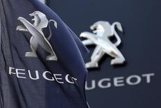 PSA Peugeot Citroën, à suivre mardi à la Bourse de Paris. Le constructeur et le gouvernement ont confirmé lundi soir un projet d'augmentation de capital de trois milliards d'euros à laquelle le chinois Dongfeng et l'Etat français devraient participer à parité. /Photo prise le 13 décembre 2013/REUTERS/Charles Platiau