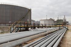 Трубопроводы и нефтехранилища на НПЗ в Эз-Завия 18 декабря 2013 года. Цены на нефть Brent держатся выше $106 за баррель на фоне смягчения санкций против Ирана. REUTERS/Ismail Zitouny