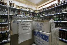 Алкоголь на полках магазина в Красной поляне 14 февраля 2012 года. Синергия, крупный производитель водки в России, сократила в 2013 году отгрузку алкогольной продукции на 12 процентов до 12,5 миллиона декалитров, сообщила компания во вторник. REUTERS/Wolfgang Rattay