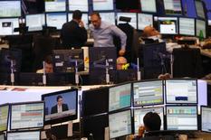 Трейдеры на фондовой бирже во Франкфурте-на-Майне 27 ноября 2013 года. Европейские акции растут благодаря действиям центробанка Китая по снижению ставок денежного рынка, но слабые квартальные показатели компаний сдерживают рост котировок. REUTERS/Kai Pfaffenbach