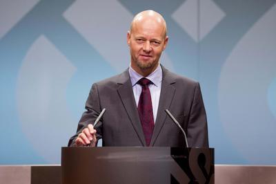 Insight: Norway's $833 billion oil fund eyes riskier...