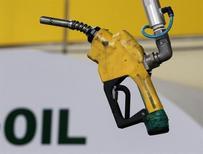Подающее устройство на бензозаправочной станции в Сеуле 27 июня 2011 года. Цены на нефть растут благодаря повышению прогноза роста мирового потребления Международным энергетическим агентством (IEA). REUTERS/Jo Yong-Hak