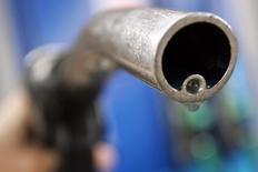 Motorista segura uma mangueira de gasolina em um posto de Londres. A demanda global por petróleo aumentará com mais rapidez neste ano à medida que o crescimento econômico acelera, superando a oferta mesmo que a produção de óleo de xisto nos Estados Unidos alcance máximas recordes, afirmou nesta terça-feira a Agência Internacional de Energia (AIE). 18/04/2006. REUTERS/Luke MacGregor